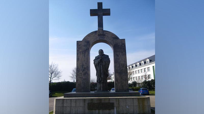 Statue de Jean Paul II à Ploërmel. Les athéistes auraient-ils gagné ?