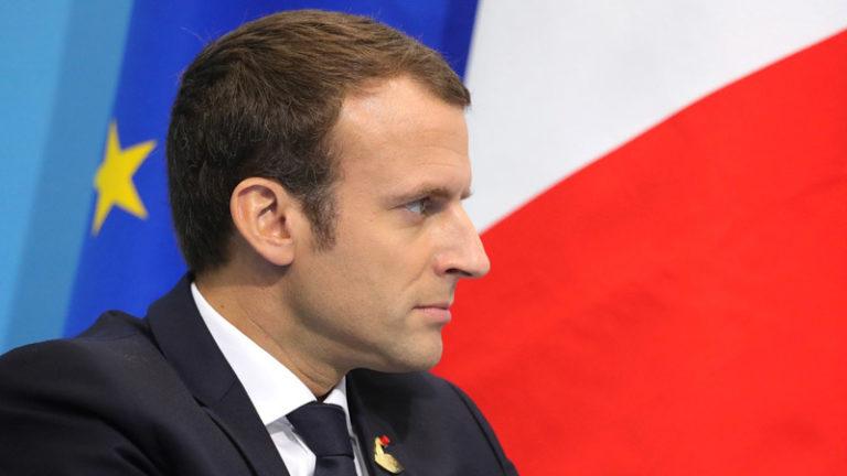 Crise totale et Gilets Jaunes. Macron en plein enfumage médiatiqueet lacrymogène