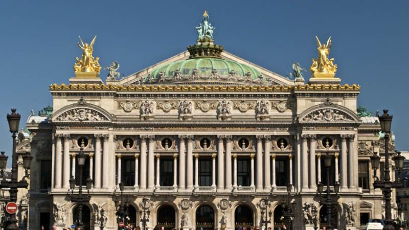 Comment en est-on arrivé à exposer deux pneus de tracteur dorés à l'Opéra Garnier ?